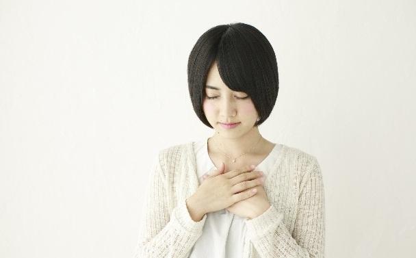 女の子 黙祷